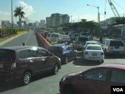 Xe cộ bị ùn tắc trong giờ cao điểm trên các tuyến đường chính ở Manila.