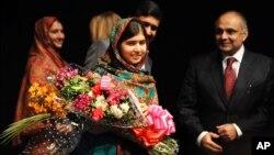 Malala nhận hoa tặng sau khi nói chuyện tai một cuộc họp báo, 10/10/14