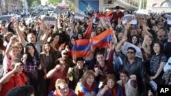 埃里溫居民慶祝亞美尼亞總理謝爾日薩爾基相辭職。(2018年4月23日)