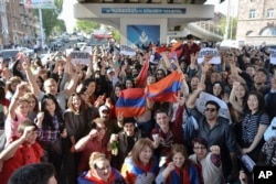 FILE - Yerevan residents celebrate Armenian Prime Minister's Serzh Sargsyan's resignation in Yerevan, Armenia, April 23, 2018.