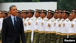 Presiden Barack Obama menginspeksi barman kehormatan dalam upacara penyambutan tamu negara di Lapangan Parlemen, Kuala Lumpur, Malaysia (26/4).