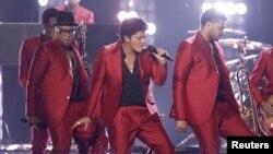 El cantante Bruno Mars, centro, durante su presentación en la entrega de los premios Billboard, en mayo de 2013.