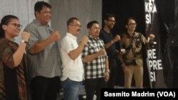 Komunitas Millah Abraham bersama Direktur Lembaga Bantuan Hukum (LBH) Jakarta Arif Maulana dalam peluncuran Catatan Akhir Tahun LBH Jakarta di Jakarta, Jumat, 6 Desember 2019. (Foto: Sasmito Madrim/VOA)