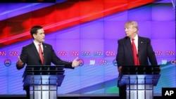 ຜູ້ສະໝັກປະທານາທິບໍດີ ນັກທຸລະກິດ Donald Trump (ຂວາ) ແລະສະມາຊິກສະພາສູງ Marco Rubio ໃນລະຫວ່າງ ການໂຕ້ວາທີຜູ້ສະໝັກປະທານາທິບໍດີ ຂອງພັກຣີພັບບລີກັນ ທີ່ໄດ້ຮັບຄວາມອຸບປະຖຳໂດຍ ອົງການຂ່າວ CNN ກຸ່ມສື່ມວນຊົນ Salem ແລະໜັງສືພິມ Washington Times ທີ່ມະຫາວິທະຍາໄລ Miami ໃນແລງວັນພະຫັດວານນີ້.