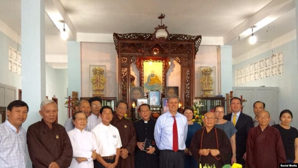 Phó Trợ lý Ngoại trưởng Mỹ Scott Busby gặp gỡ các thành viên Hội đồng Liên tôn tại chùa Giác Hoa, Tp. HCM, ngày 13/5/2019. Photo Facebook Hội Bảo vệ Quyền tự do Tôn giáo