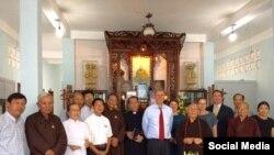 Phó Trợ lý Ngoại trưởng Mỹ Scott Busby gặp gỡ các thành viên Hội đồng Liên tôn tại chùa Giác Hoa, Tp. HCM, ngày 13/5/2019. Photo Facebook Hội Bảo vệ Quyền tự do Tôn giáo.