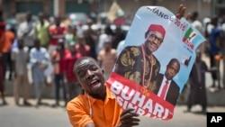 شادی یکی از طرفداران محمدو بوهاری از پیروزی او در انتخایات ریاست جمهوری نیجریه