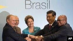 Los presidentes de Rusia, India, Brasil, China y Sudáfrica posan para una foto durante la cumbre del BRICS en Fortaleza, Brasil.