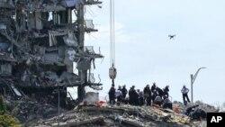 Spasioci pretražuju ruševine zgrade u Surfsideu na Floridi. (Foto: AP/Lynne Sladky)