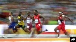 Le sprinteur américain Justin Gatlin, au centre, lors de la demi-finale 100m masculin aux championnats du monde d'athlétisme à Pékin, le 23 août 2015