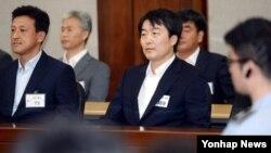 내란음모 혐의 등으로 기소돼 1심에서 징역 12년을 선고받은 한국 이석기 통합진보당 의원에 대한 항소심 선고가 11일 서울고등법원에서 열리고 있다.