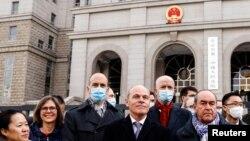 多國外交官2021年3月22日來到庭審加拿大前外交官康明凱Michael Kovrig的北京法院外展示團結(路透社)