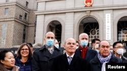 多国外交官2021年3月22日来到庭审加拿大前外交官康明凯Michael Kovrig的北京法院外展示团结(路透社)