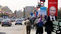 پوسترهای ولادیمیر پوتین رئیس جمهوری روسیه در خیابانی در قاهره، پایتخت مصر - دوشنبه ۲۰ بهمن ۱۳۹۳