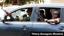 Des soldats mutins circulent en voiture à Bouaké le 13 janvier 2017.