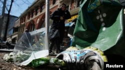 지난 2013년 발생한 보스턴 마라톤 테러현장에 희생자를 추모하는 꽃이 놓여있다. (자료사진)
