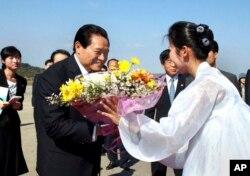 朝鲜中央新闻社的图片显示2010年10月周永康访问朝鲜在平壤机场接受鲜花。中共十八届四中全会公报没提到周永康。