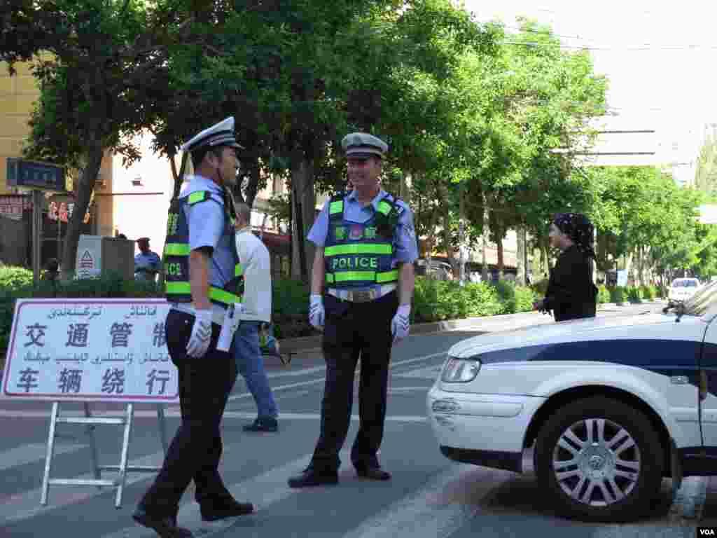 乌鲁木齐5.22事件发生地文化宫早市目前仍然实行交通管制 警方禁止车辆和行人进入。爆炸现场的清理工作仍在进行。(美国之音东方拍摄)