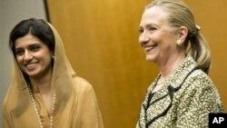 Министр иностранных дел Пакистана Хина Раббани Хар и государственный секретарь США Хиллари Клинтон. Токио. 8 июля 2012 г.