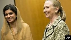 Pakistanska ministarka inostranih poslova Hina Rabani i državna sekretarka Hilari Klinton tokom susreta u Tokiju