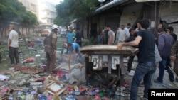 Warga memeriksa kerusakan di sebuah pasar yang terkena serangan udara di Idlib, Suriah (5/6).