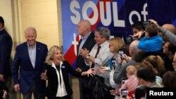 Mantan wakil presiden dan kandidat capres partai Demokrat Joe Biden dan istrinya, Jill Biden, tiba dalam kampanye di Manchester New Hampshire, 10 Februari 2020.