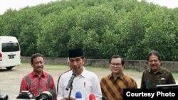 Presiden Joko Widodo setelah acara penyerahan sertifikat tanah adat di Pura Dalem Sakenan, Serangan, Kota Denpasar, Bali, Jumat, 23 Februari 2018. (Foto courtesy: Biro Pers Istana.)