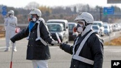 پولیس فوکوشمیا کی پلانٹ کی طرف جانے والوں راستے پر کھڑی ہے