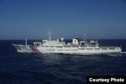 2013年12月13日在钓鱼岛日本所主张领海毗邻海域拍摄的中国海警船(日本第十一管区海上保安总部提供)
