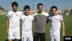 علی عسکر لعلی، مربی تخنیکی تیم ملی فوتبال افغانستان در کنار سه بازیکن تیم فوتبال کشورش