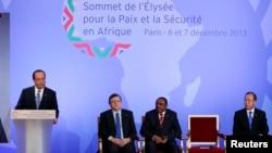 Presiden Perancis Francois Hollande (kiri) di Paris hari Sabtu (7/12) mengumumkan rencana penambahan pasukan di Republik Afrika Tengah menjadi 1.600 personil.