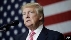 ຜູ້ສະໝັກປະທານາທິບໍດີ ຂອງພັກຣີພັບບລີກັນ ທ່ານ Donald Trump ພວມກ່າວຄຳປາໄສ ຢູ່ບ່ອນໂຄສະນາຫາສຽງ ທີ່ເມືອງ Manheim ລັດ Pennsylvania. (1 ຕຸລາ 2016)