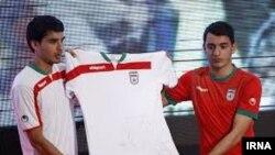 پیراهن تیم ملی فوتبال ایران دو رنگ است با نقشی از یوزپلنگ بر آن که بخصوص روی پیراهن سفید تقریباً دیده نمی شود.