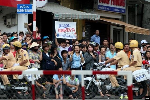 Người dân chờ đón Tổng thống Obama bên ngoài chùa Ngọc Hoàng tại TpHCM, ngày 24/5/2016.