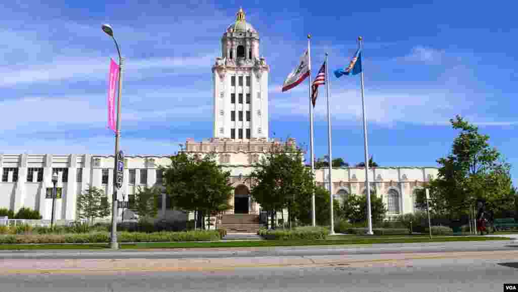南加州比弗利山市政府前国旗、州旗和市旗飘扬(美国之音国符拍摄)