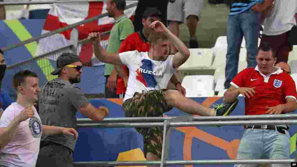 Des supporters russes attaquent un fan anglais à la fin du match entre l'Angleterre et la Russie, au stade Vélodrome de Marseille, le 14 juin 2016.