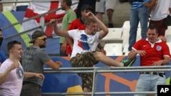 Les hooligans russes attaquent un supporter anglais à la fin du match de football de l'Euro 2016 entre l'Angleterre et la Russie, au stade Vélodrome à Marseille, France, 11 juin 2016.