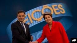 Kandidat Presiden Brazil dari Partai Pekerja Dilma Rousseff, kanan, dan saingannya Aecio Neves, dari Partai Sosial Demokrasi Brazil, berjabat tangan sebum memulai debat mereka, di Rio de Janeiro, Brazil, Jumat, 24 Oktober 2014. (AP Photo/Silvia Izquierdo)