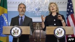 Хиллари Клинтон на совместной пресс-конференции с министром иностранных дел Бразилии Антонио Патриота