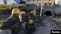 지난해 4월 중국 산시성 다통에서 발생한 탄광 폭발 사고 현장에서 구조된 광부들이 모여있다. (자료사진)