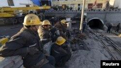 지난 4월 중국 산시성 다통 시에서 산사태가 발생해 광부들이 매몰되는 사고가 발생했다. 구조대가 탄광 입구에 대기하고 있다. (자료사진)