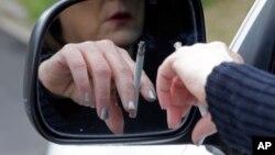 Seorang perempuan sedang merokok di dalam truknya di Hayneville, Alabama, 4 Maret 2013.