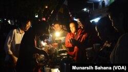 Pengunjung Festival Kopi Prawirotaman yang diselenggarakan pukul 16 hingga pkl 23 Kamis (16/7/2017) di sepanjang Jalan Gerilya Prawirotaman Yogyakarta tidak hanya mencicipi kopi gratis tetapi juga dialog dengan para brewer tentang penyajian kopi (foto: VO