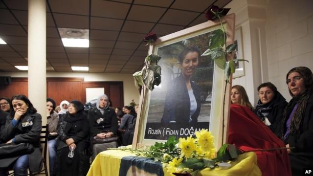 Ožalošćeni kraj portreta ubijene Fidan Dogan, u Kurdskom centru u Parizu. 10. januar, 2013.
