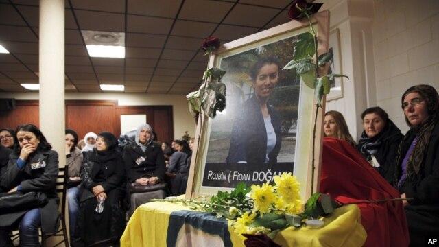 10일 프랑스 파리 쿠르드족 센터에서 사망한 반정부 활동가 여성 3명을 애도하는 사람들.