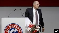 Le président du Bayern Uli Hoeness en train de quitter le podium après un discours à la réunion générale annuelle de Bayern Munich en Allemagne, le 25 novembre 2015.