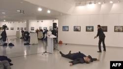 俄罗斯驻土耳其大使被枪手(右)击中后倒在地上。(2016年12月19日)