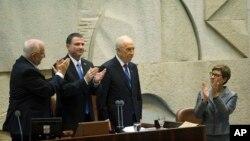 Presiden Israel yang baru dipilih, Reuven Rivlin (kiri) dan Ketua Parlemen Yuli Edelstein memberi aplus pada Presiden yang baru mundur Shimon Peres dalam upacara di Knesset, Yerusalem (24/7).