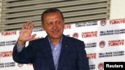 رجب طیب اردوغان، نخستين رئيس جمهوری در تاريخ ترکيه است که مستقيما توسط مردم انتخاب شد. او در جشن پیروزی انتخاباتی اش برای طرفداران دست تکان میدهد – ۱۹ مرداد (۱۰ اوت)