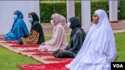 Matar Shugaban Kasar Najeriya, Aisha Buhari Yayin Da Take Sallar Idin Shekarar 2020 a Gida Da 'Yan Uwanta